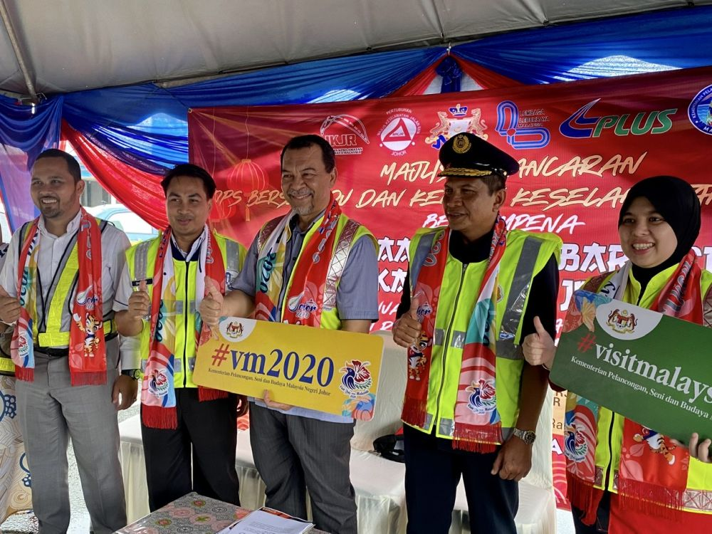 Johor Public Works, Infrastructure and Transportation Committee chairman Mohd Solihan Badri (centre) promoting the Visit Malaysia Year 2020 campaign at the Kempas Toll Plaza in Johor Baru January 21, 2020. — Picture by Ben Tan