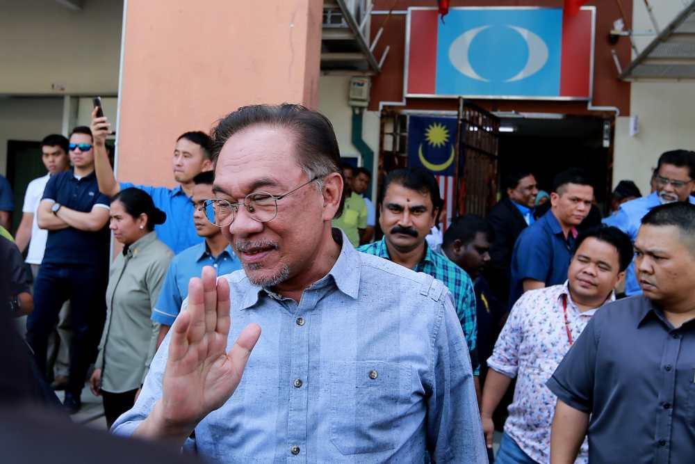公正党中央理事会重申,该党主席安华是下一任首相人选,因此呼吁所有公正党在希盟主席理事会的代表,坚持相同立场。-Ahmad Zamzahuri摄-
