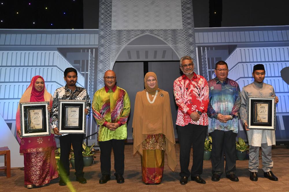 Raja Permaisuri Agong Tunku Azizah Aminah Maimunah Iskandariah (centre) poses with the winners of the Putrajaya Poetry Writing Competition 2019 in Putrajaya January 18, 2020. — Bernama pic
