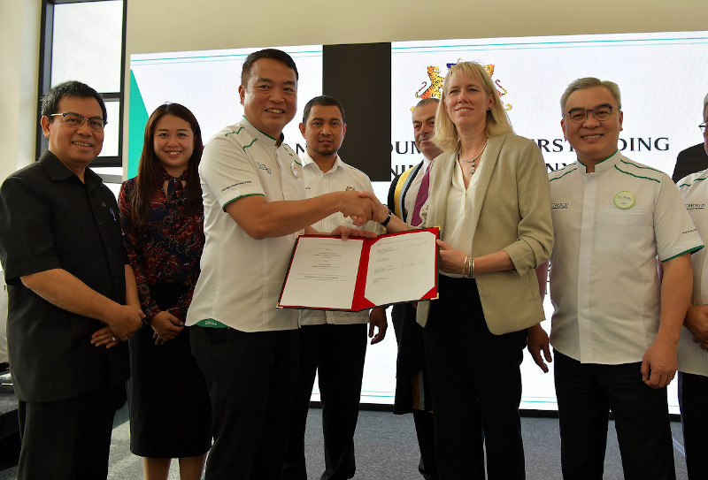 Eco World Development Group Berhad CEO Datuk Chang Khim Wah and UoSM pro-vice chancellor and CEO Professor Rebecca Taylor at the signing of the MoU at Iskandar Puteri January 16, 2020. — Bernama pic