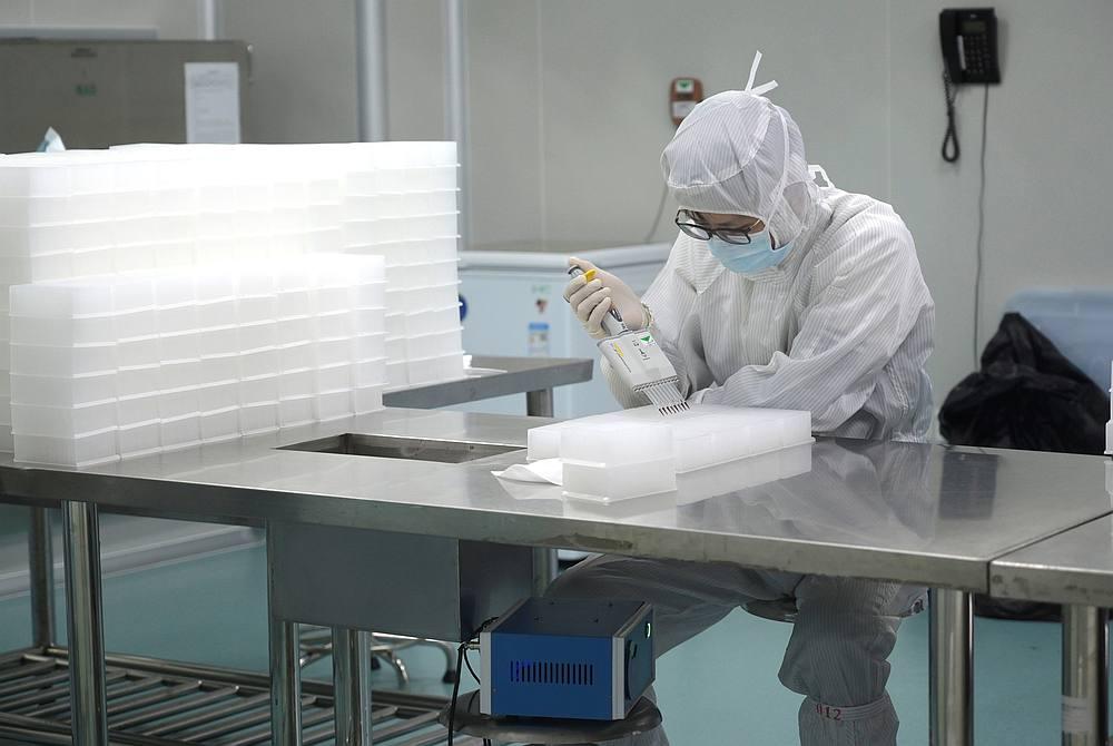 曾光周三指美国最初在检测工作上速度缓慢,并在世界各地拥有很多生物实验室。-路透社-