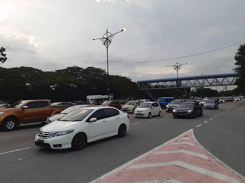 新山士亚依淡第12公里因为巴士抛锚出现车龙。--Police Daerah Johor Bahru Utara脸书-