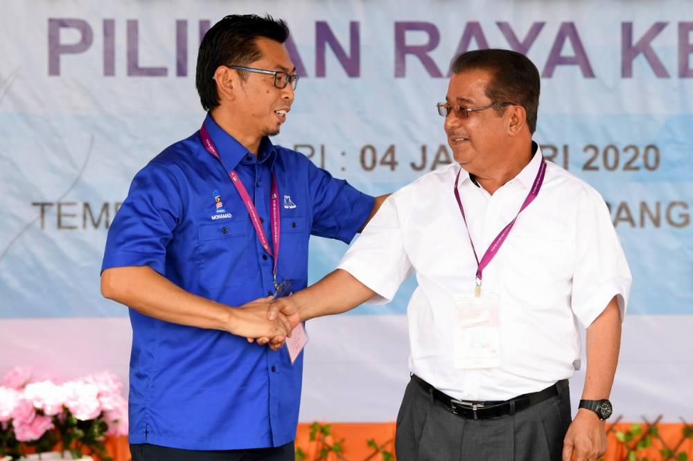 Warisan candidate Datuk Karim Bujang (right) shakes hands with BN candidate Datuk Mohamad Alamin at the Dewan Datuk Seri Panglima Dun Banir in Beaufort January 4, 2020. ― Bernama pic