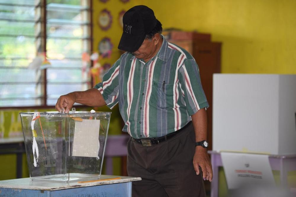 A man casts his vote at a polling centre in Kimanis January 18, 2020. ― Picture via Twitter/bernamadotcom