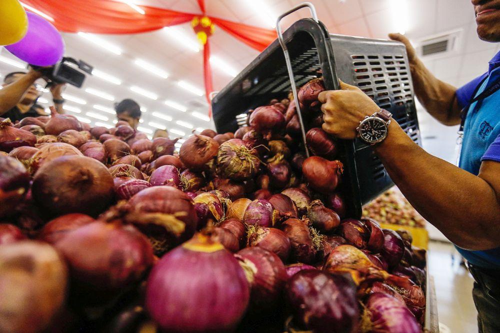 A worker restocks onions at TF Value-Mart in Balik Pulau January 9, 2020. — Picture by Sayuti Zainudin