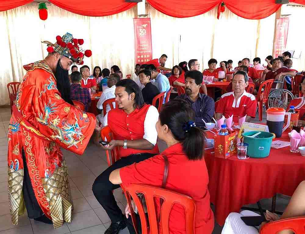 陈荣达通常会在活动现场上派发红包和柑给民众。-Steven Chan摄-