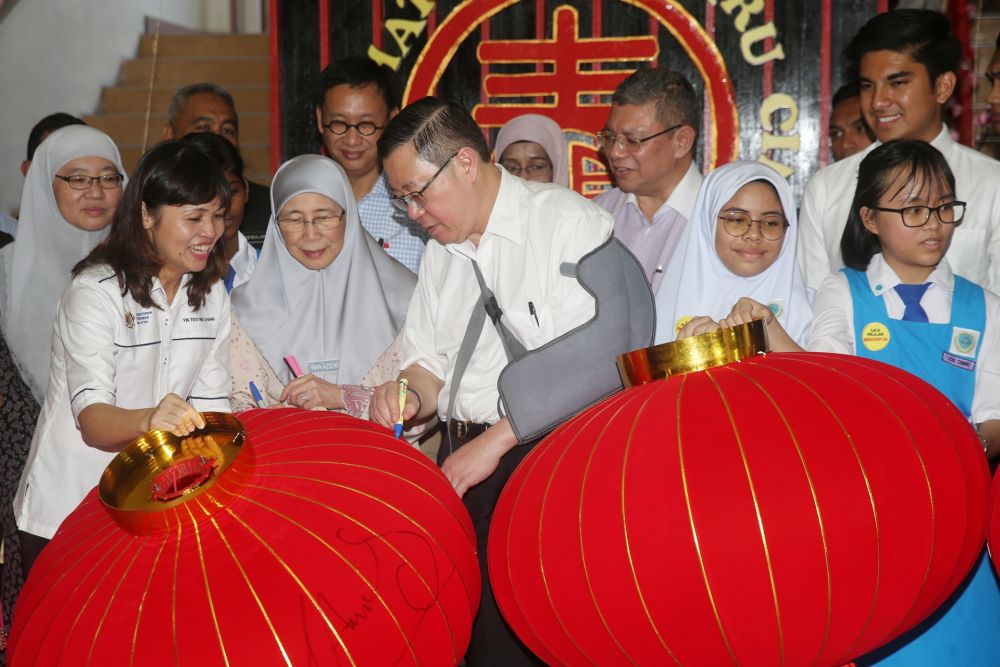 Deputy Prime Minister Datuk Seri Dr Wan Azizah Wan Ismail and Finance Minister Lim Guan Eng sign Chinese lanterns during a visit to SMK Bandar Puchong (1) January 8, 2020. — Picture by Choo Choy May