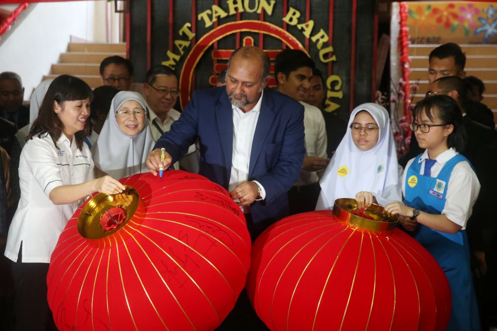 Communications Minister Gobind Singh Deo signs a Chinese lantern during a visit to SMK Bandar Puchong (1) January 8, 2020. — Picture by Choo Choy May