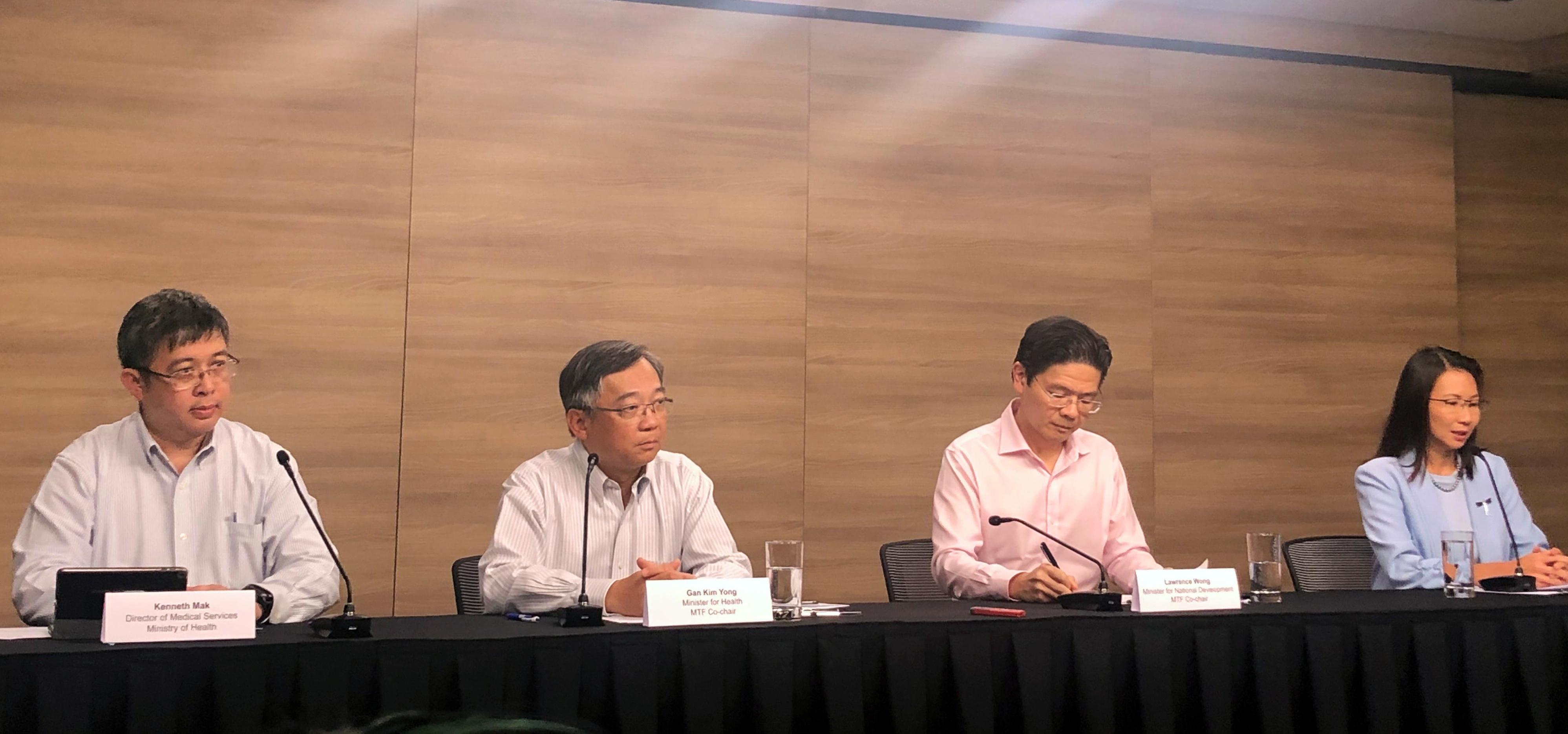 新加坡卫生部长颜金勇(左2)周五率领多部门特别小组召开记者会,宣布抗疫警戒水平从黄色升级到橙色。-路透社-