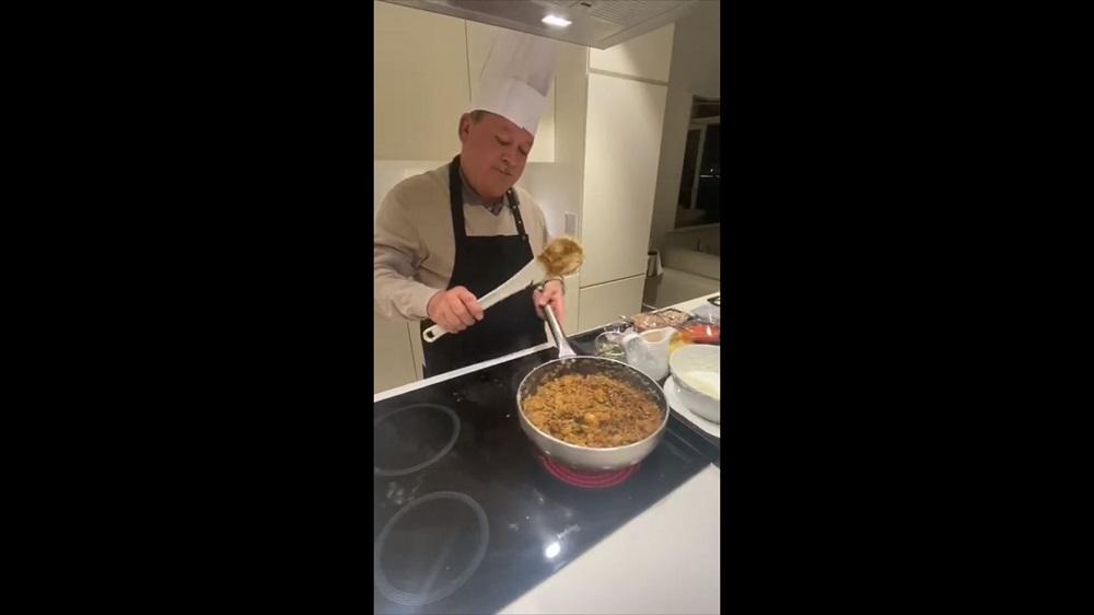 Sultan Ibrahim Almarhum Sultan Iskandar looks every but the professional chef as he prepares the popular Malaysian dish. – Screengrab from Facebook/Sultan Ibrahim Sultan Iskandar