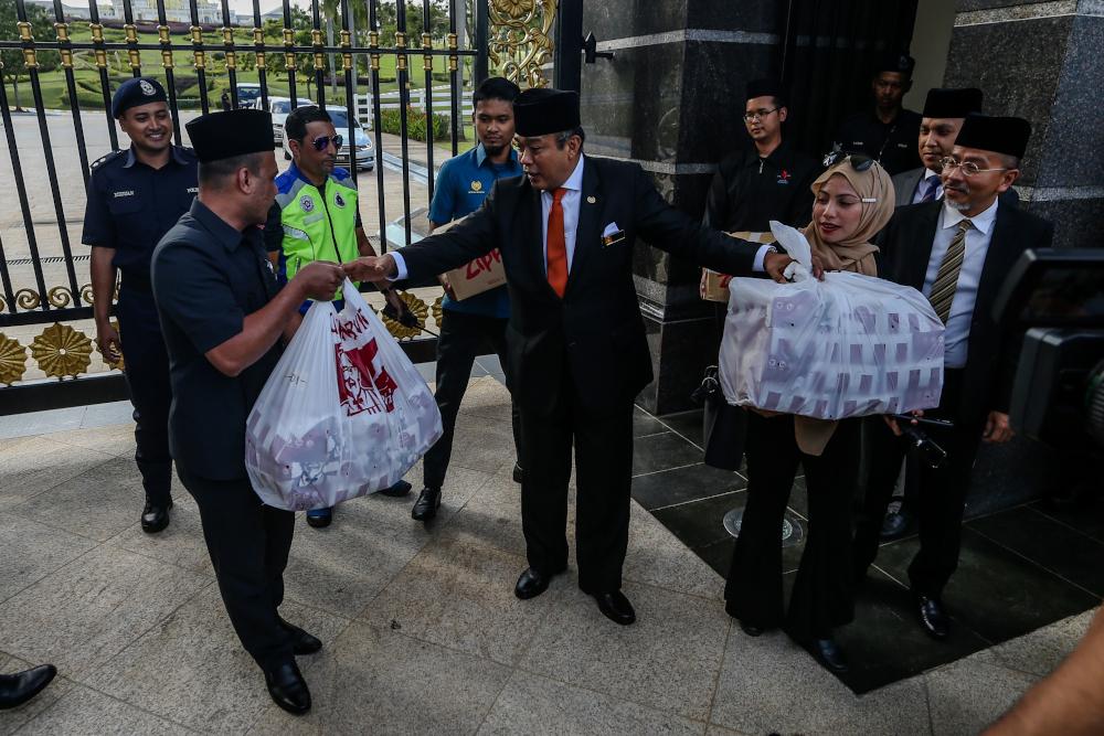 Istana Negara representatives send KFC to the media at Istana Negara February 24, 2020. — Picture by Firdaus Latif