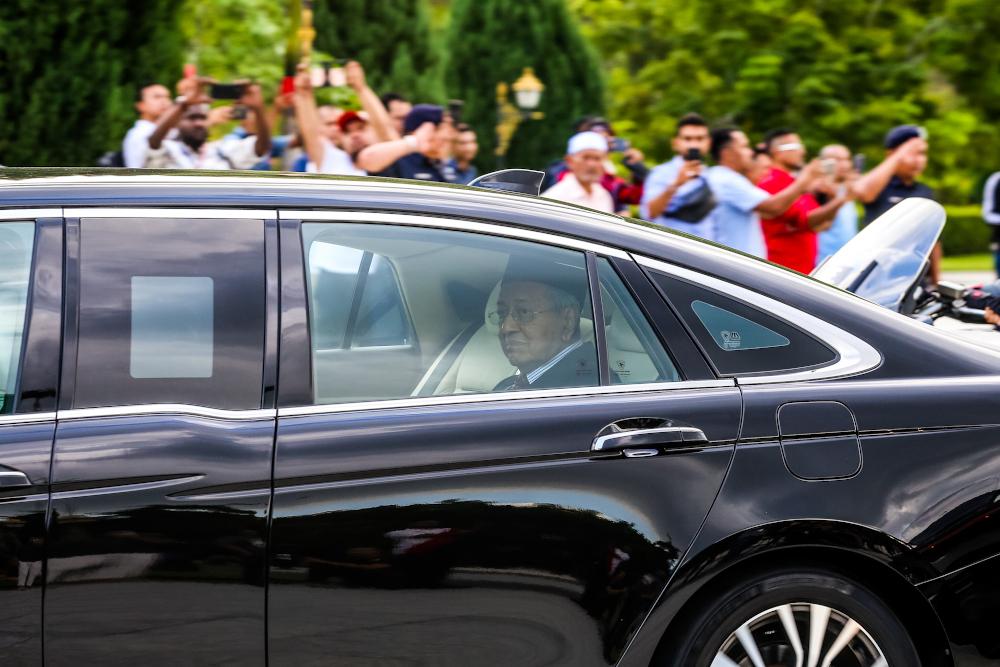 在马哈迪被辞职后,所有希盟部长的任命也立即被取消。-Firdaus Latif摄-