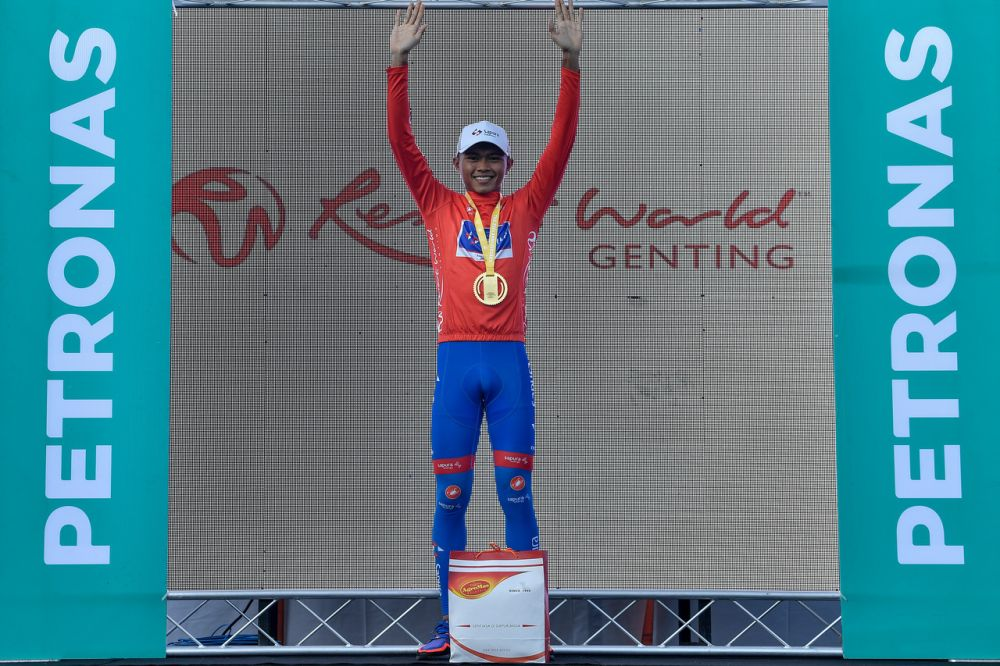 Muhamad Nur Aiman Mohd Zariff became the first Malaysian in the 25-year history of Le Tour de Langkawi to win the red jersey (King of Mountain). — Bernama pic