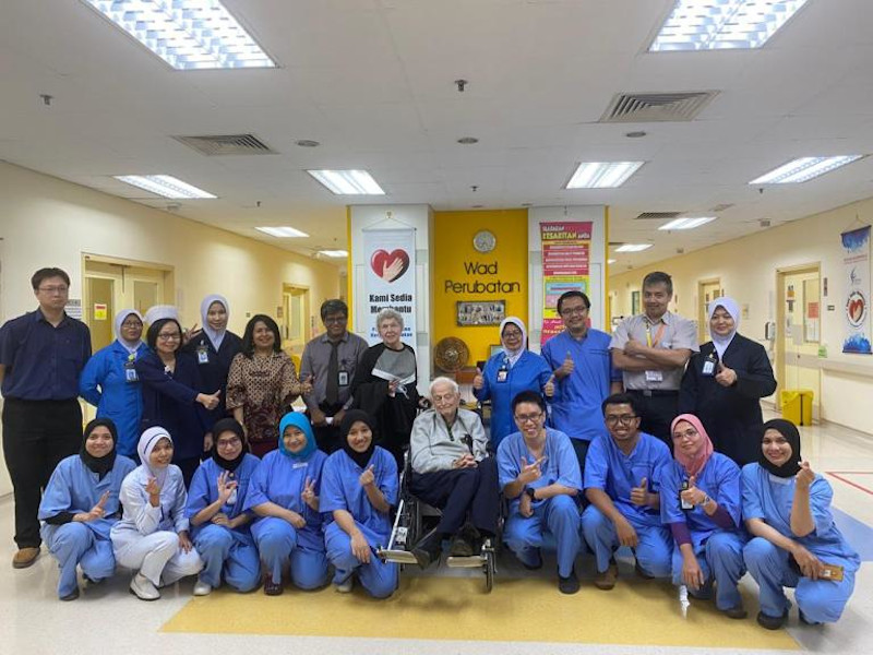 The 22nd patient who made a full recovery from Covid-19 with health workers who treated her at the Sungai Buloh Hospital February 27, 2020. Patient 22 and her husband had earlier given written consent for her image to be shared. — Picture from Health D-G's website/kpkesihatan.com