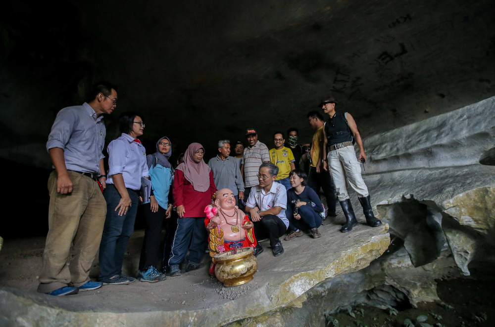 File picture showing Kepayang Assemblyman Dr Ko Chung Sen with a group of volunteers from the Ventrex Outdoor Recreation during a conservation and cleaning programme at Gua Mat Surat in Ipoh after illegal idols were found in the cave. — Picture by Farhan Najib