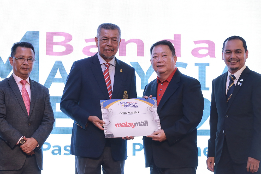 Malay Mail editor-in-chief Datuk Wong Sai Wan on stage with Malaysian Golf Association (MGA) President Tan Sri Mohd Anwar Mohd Nor after Malay Mail was named the official media partner of the tournament February 19, 2020. — Picture by Ahmad Zamzahuri