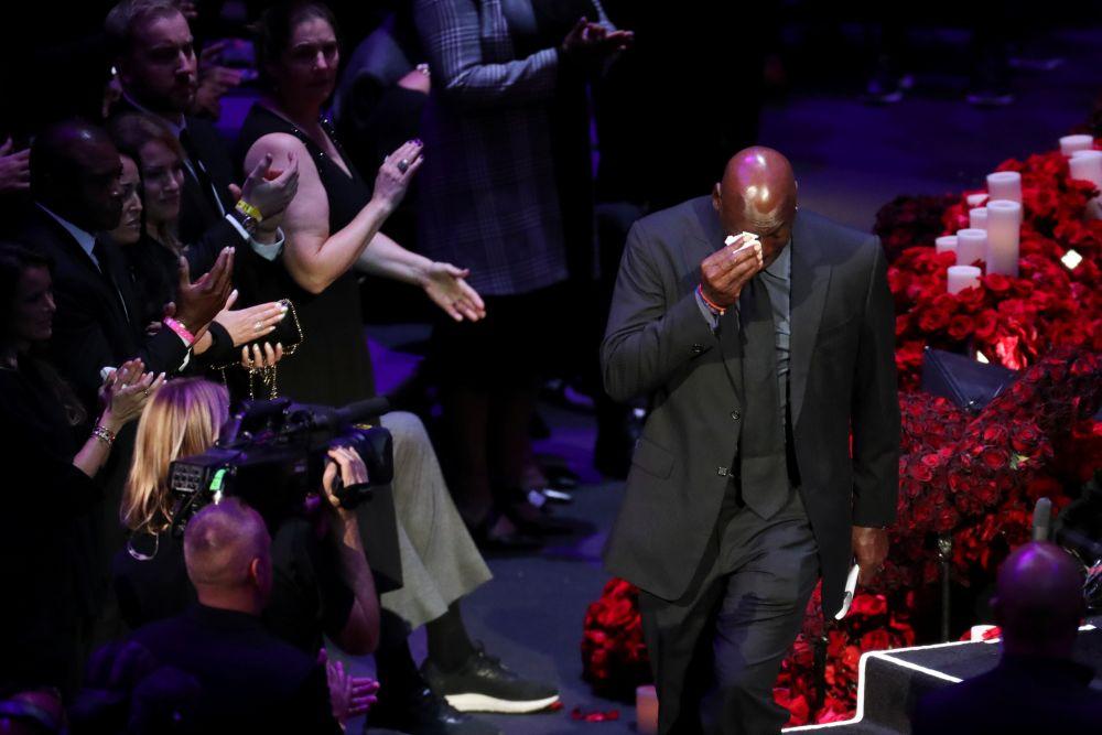 Legenda NBA Michael Jordan bertindak balas setelah berbicara kepada penonton semasa peringatan untuk meraikan kehidupan Kobe Bryant dan anak perempuannya Gianna Bryant di Staples Center 24 Februari 2020. - Gambar Reuters