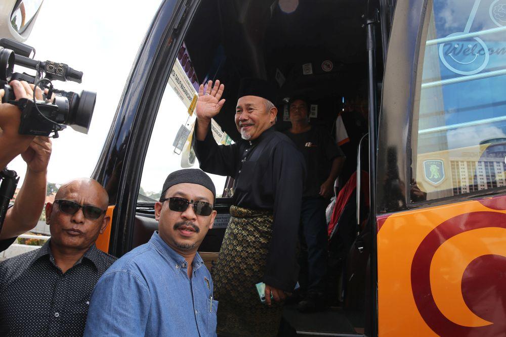 PAS Deputy President Datuk Tuan Ibrahim Tuan Man boards a bus bound for Istana Negara for an audience with the Yang di-Pertuan Agong February 25, 2020. ― Picture Yusof Mat Isa