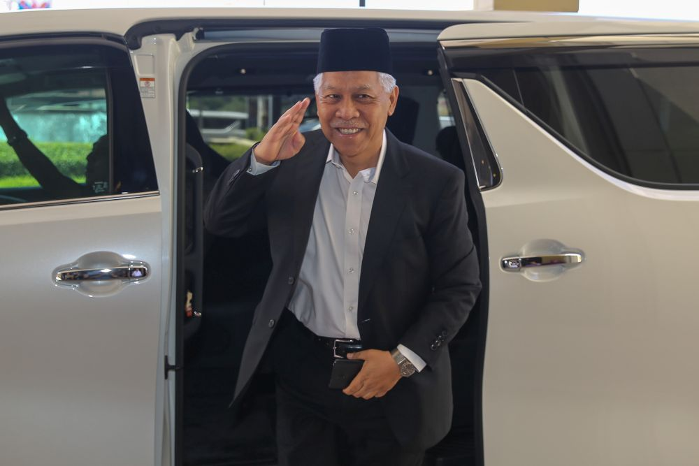 Datuk Seri Idris Jusoh arrives at Umno's headquarters in Kuala Lumpur February 25, 2020. — Picture by Yusof Mat Isa