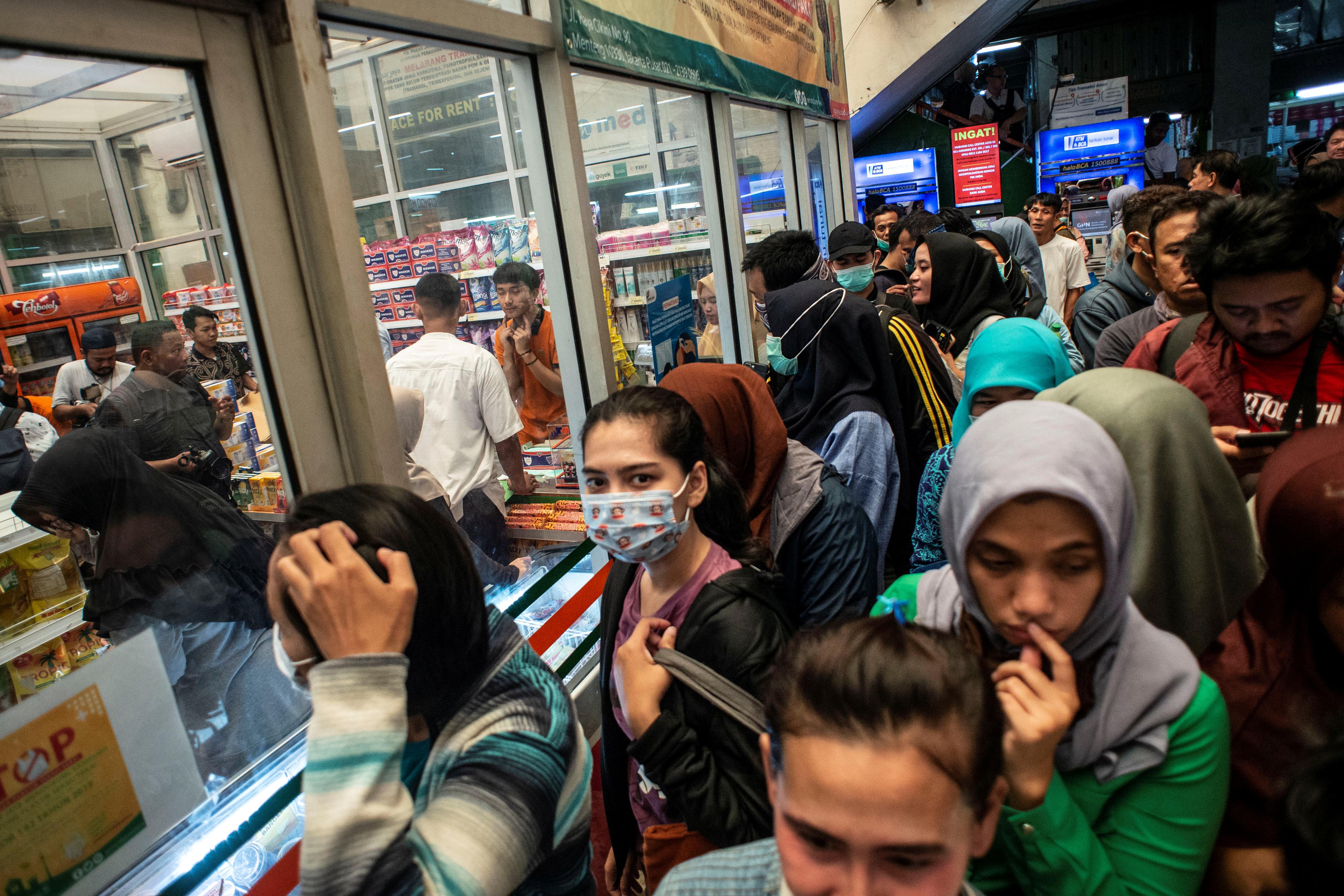 印尼传出第一宗武汉肺炎确诊病例后,雅加达有药妆店周五出现购买口罩的长龙。-路透社-