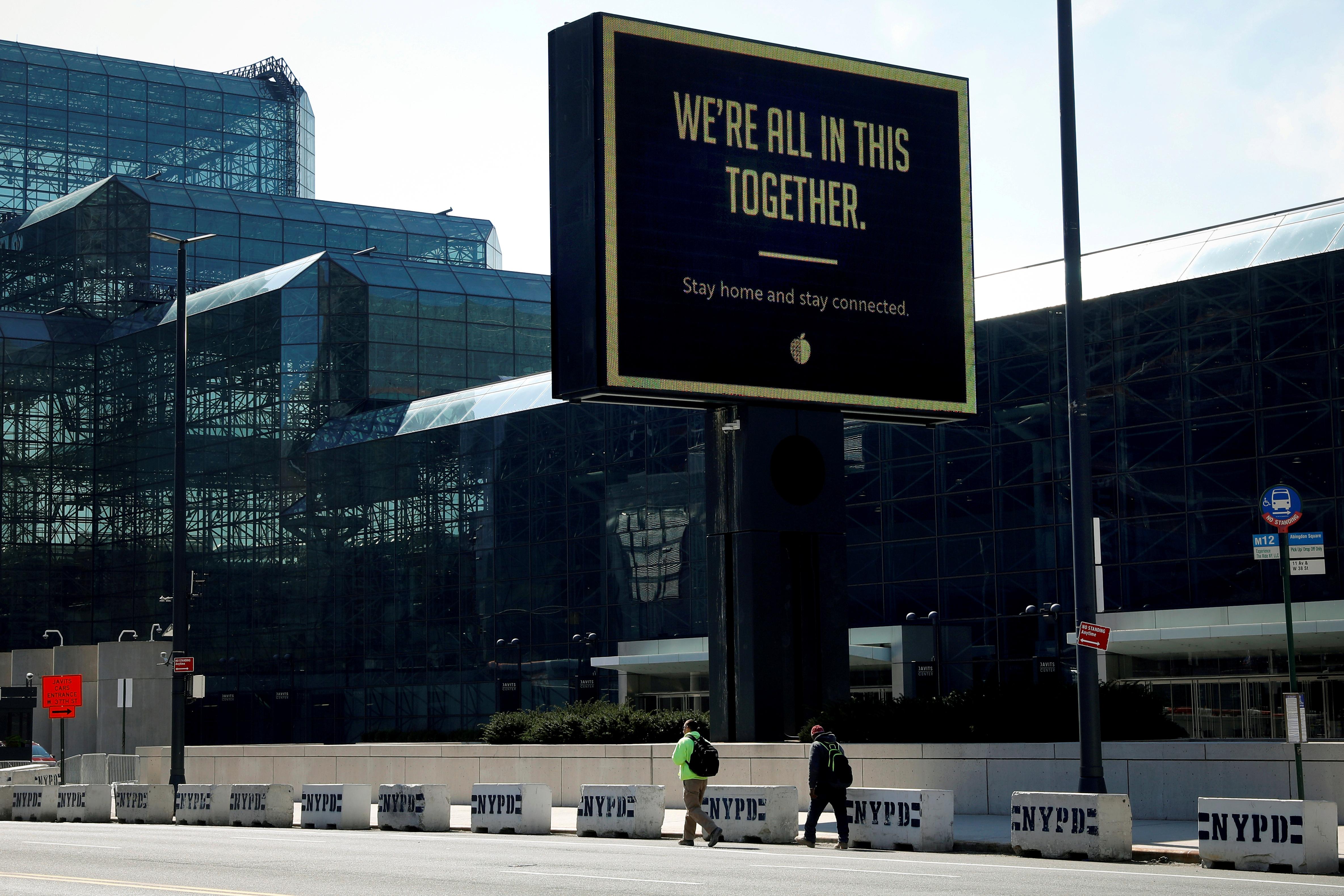 """纽约曼哈顿雅各布贾维茨会议中心外头的布告板写着""""我们共同抗疫"""",该中心部分已改建为收治武汉肺炎病患的临时医院。-路透社-"""