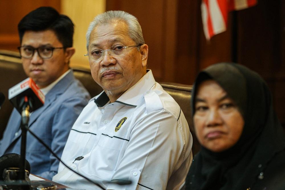 Umno secretary-general Tan Sri Annuar Musa (centre) during a press conference at the Umno headquarters in Kuala Lumpur March 4, 2020. — Hari Anggara