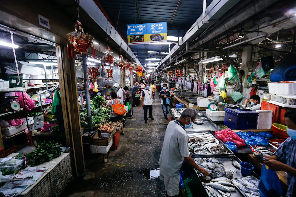 Fewer shoppers are seen in the Air Itam market after the road closure, 30 March, 2020. — Picture by Sayuti Zainudin
