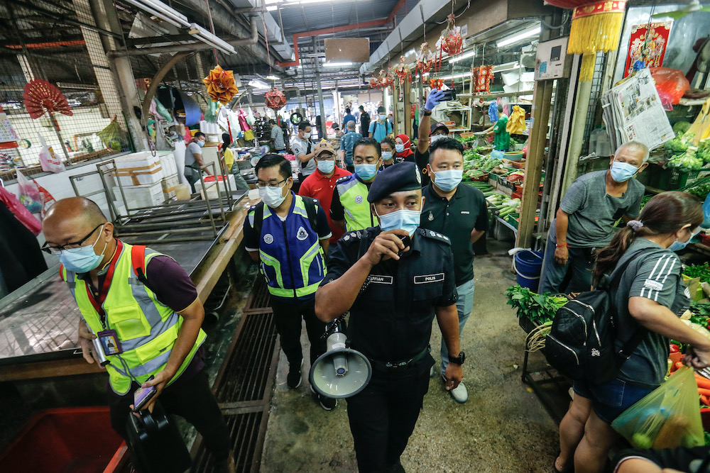 Northeast District Police Chief ACP Soffian Santong monitoring the area in the Air Itam market, 30 March, 2020. — Picture by Sayuti Zainudin