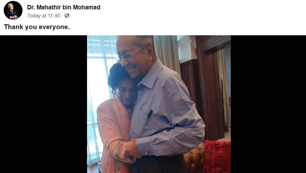 一直以丈夫为重心的西蒂哈丝玛于今早得知丈夫任期结束后,在马哈迪进入大厅时,趋前给予拥抱。-图截自视频-