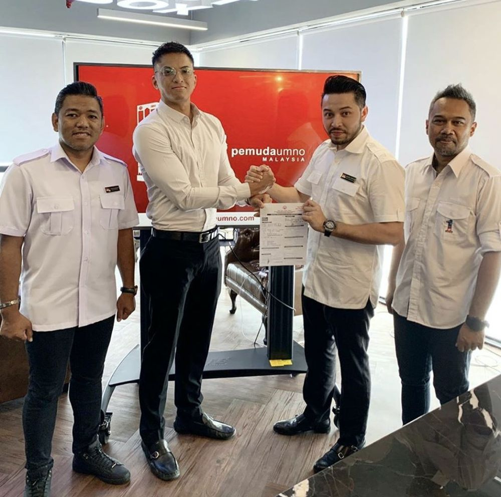 Syed Abdullah (second from left), the elder brother to Bersatu Youth chief Syed Saddiq Abdul Rahman, is pictured submitting his Umo membership application form. — Picture via Facebook