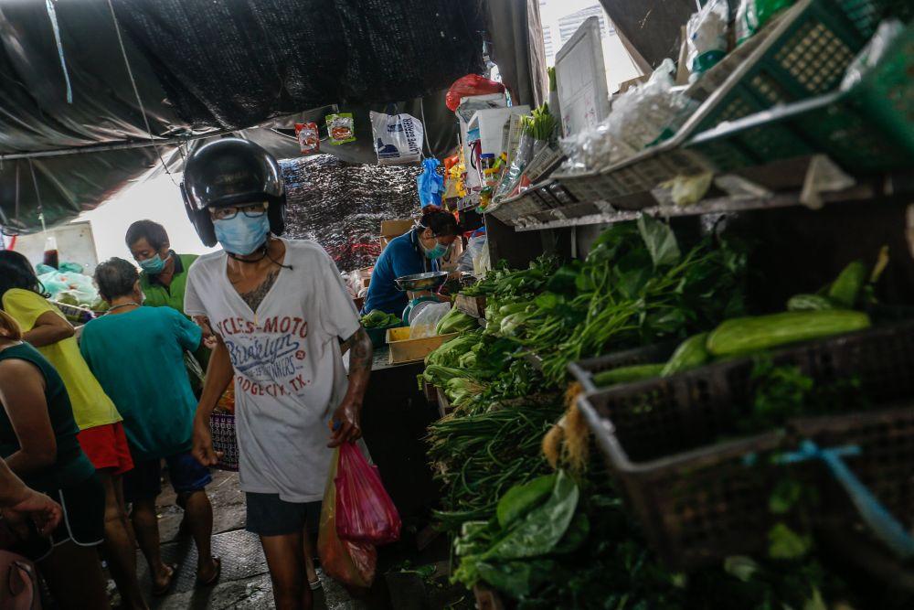 Customers shop for vegetables at the Taman Selamat Wet Market in Bukit Mertajam March 25, 2020. — Picture by Sayuti Zainudin