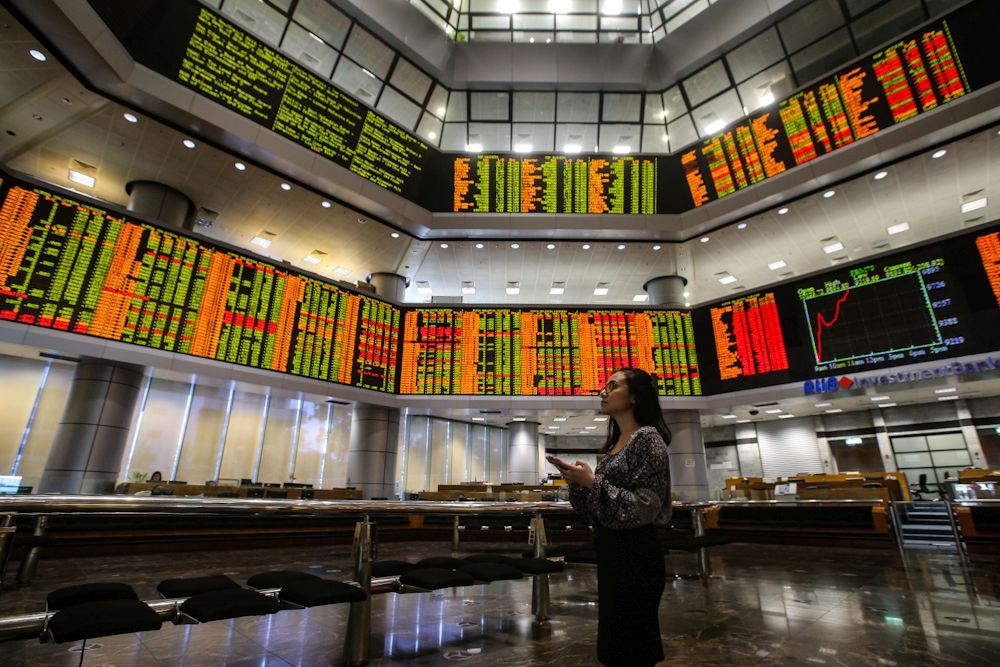 At 11.06am, the benchmark FTSE Bursa Malaysia KLCI (FBM KLCI) gained 6.11 points to 1,606.70 from yesterday's close of 1,600.59. ― Picture by Hari Anggara