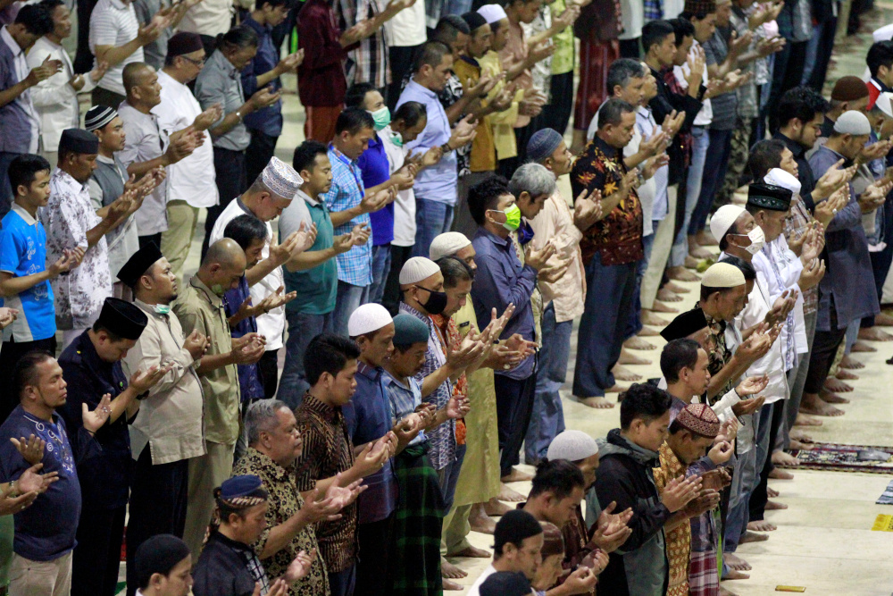 Indonesian Muslims pray at a mosque after official discouragement of big religious meetings during the outbreak of coronavirus disease, in Jakarta, Indonesia, March 20, 2020. — Reuters pic