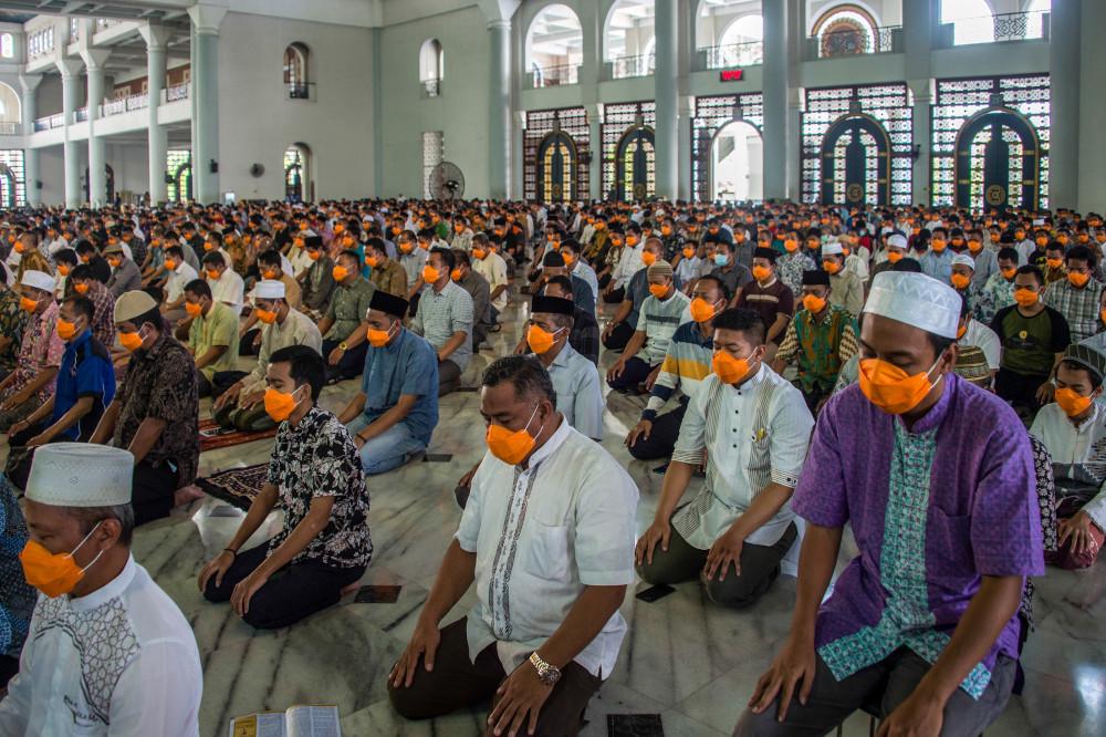 印尼将会扩大原本已实施的社交安全距离措施,包括禁止5人以上的聚会。-法新社-
