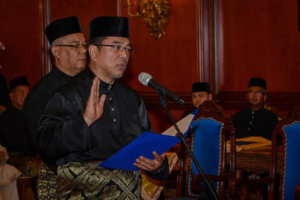 Lendu assemblyman Datuk Sulaiman Md Ali taking his oath of office as the 12th Melaka Chief Minister at Dewan Seri Utama, Yang Dipertua Negeri Melaka's Office in Ayer Keroh March 9, 2020. — Bernama pic