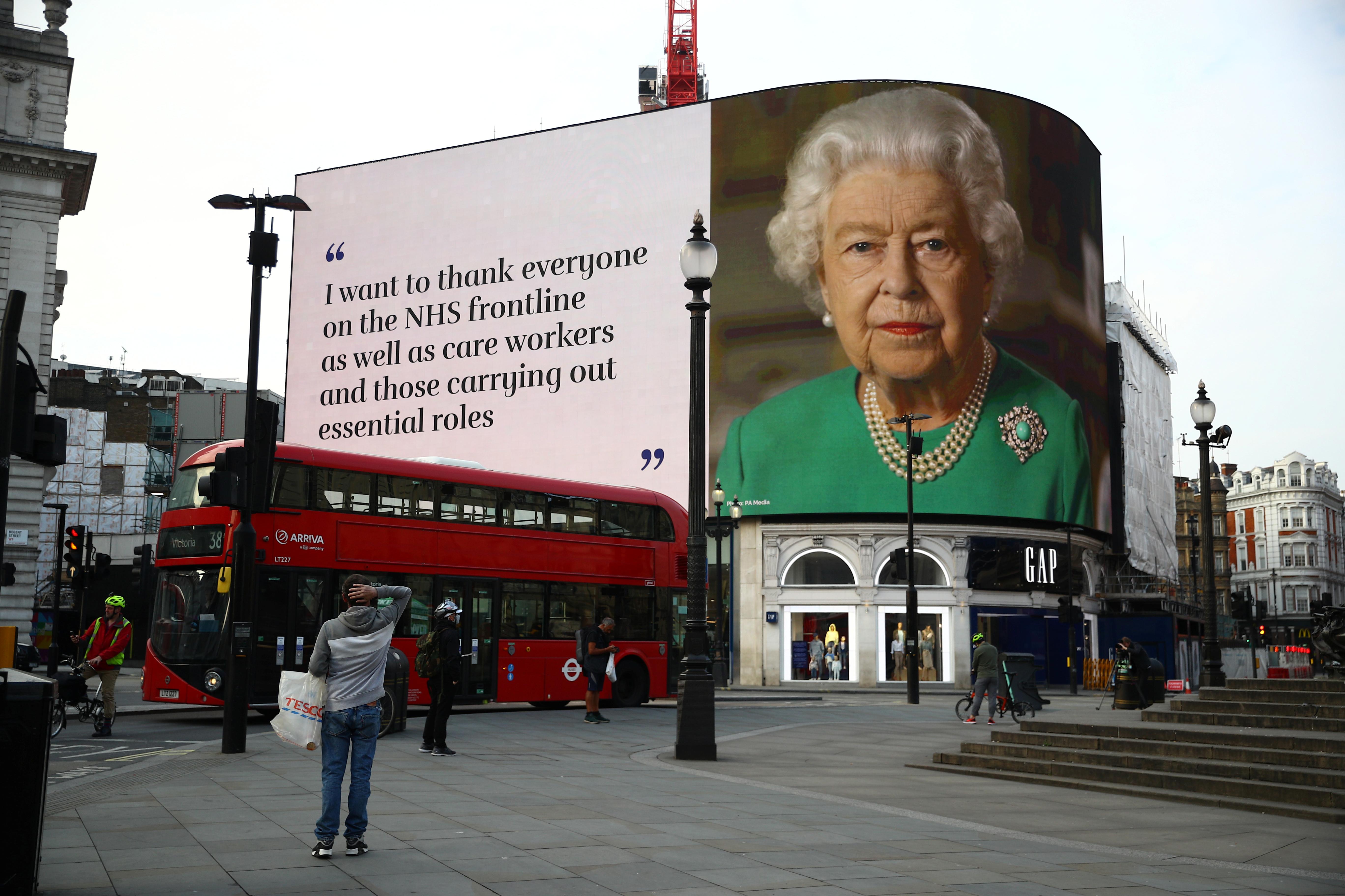 93岁的英国女王伊丽莎白二世周六首度发表复活节谈话,鼓励民众一定能战胜疫情。图为伊丽莎白二世5日透过电视转播演说。-路透社-