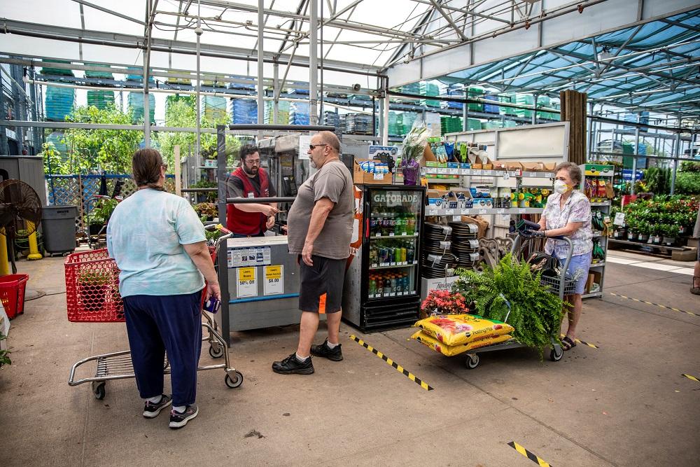 不少民众纷纷开始自家种植蔬果,种子成了热销品。-路透社-