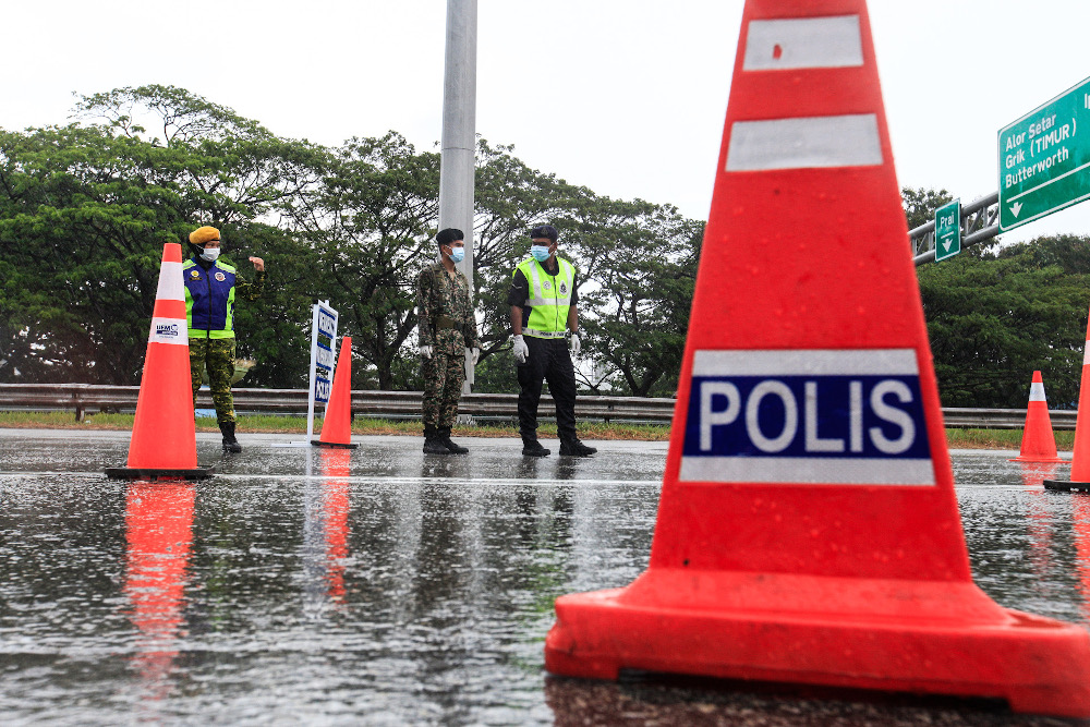 Ismail Sabri said that 769 roadblocks were held nationwide, and checks were done on 433,988 vehicles, with 36,980 spot checks done nationwide and 5,022 premises checked by the authorities. — Picture by Sayuti Zainudin