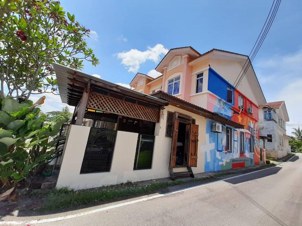Fakhrul Zaman Mohd Sambas' mural entitled 'Origin of Covid-19' has become a landmark for the residents of Bandar Pulai Jaya in Skudai. — Picture courtesy of Fakhrul Zaman