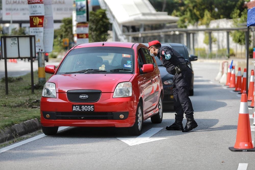 An FRU personnel mans a roadblock on Jalan PJU 7/1 in Petaling Jaya April 10, 2020. — Picture by Ahmad Zamzahuri