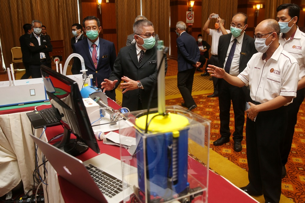 Health Minister Datuk Sri Dr Adham Baba (centre) inspects a prototype the Medical Ventilator Apparatus during a media briefing at the Health Ministry in Putrajaya April 13, 2020. — Pictures by Choo Choy May