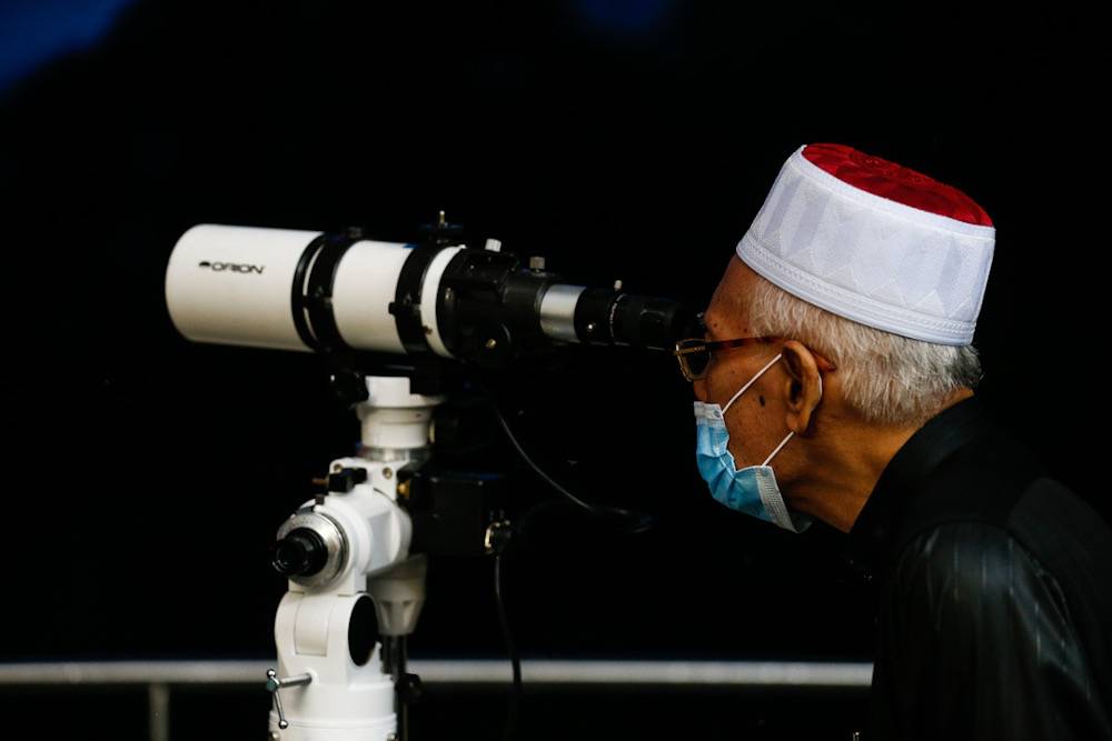 Penang Mufti Datuk Seri Wan Salim Wan Mohd Noor uses a telescope to sight the new moon at Pusat Falak Pantai Aceh, Balik Pulau April 23, 2020. — Picture by Sayuti Zainudin