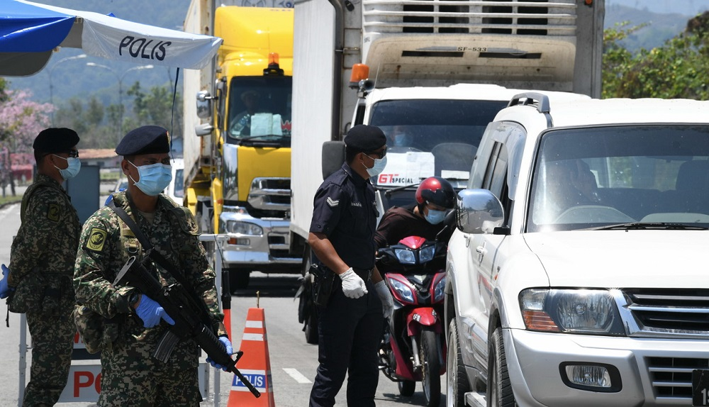Army and police personnel conducting roadblock checks during the movement control order in Kota Kinabalu April 18, 2020. — Bernama pic