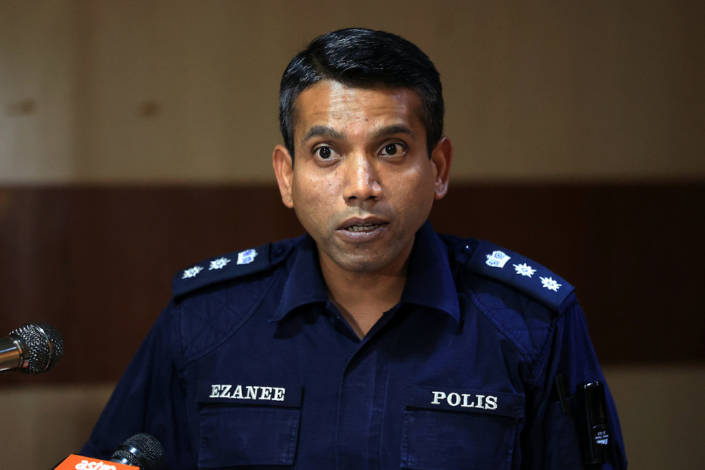 Petaling Jaya district police chief ACP Nik Ezanee said the initial investigation found that the accident occurred after a part of the tower crane knocked into two telephone poles. — Bernama pic