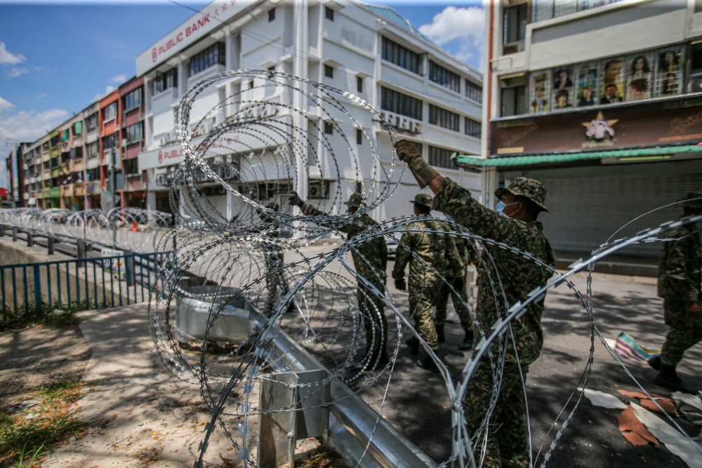 Malaysia army personnel set up barbed wire in the locked down area of Selayang wholesale market in Kuala Lumpur April, 21 April 2020. — Picture by Hari Anggara
