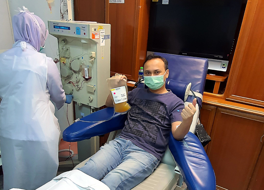 Recovered Covid-19 patient Reza Huzairi Zainuddin donates plasma at Sungai Buloh Hospital April 5, 2020. — Bernama pic