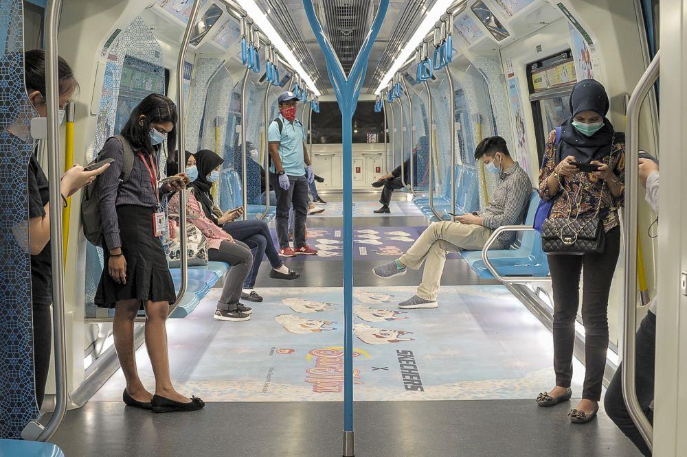 乘客非常自律在捷运内保持人身距离!-Shafwan Zaidon摄-