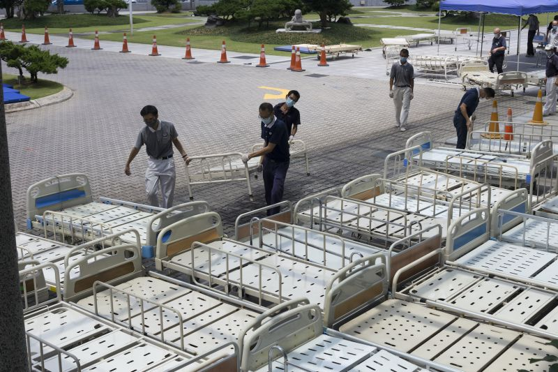 30 hospital beds were picked up from KL Tzu-Chi Jing Si Hall by a truck sent by the hospital. — Picture courtesy of Tzu Chi Foundation