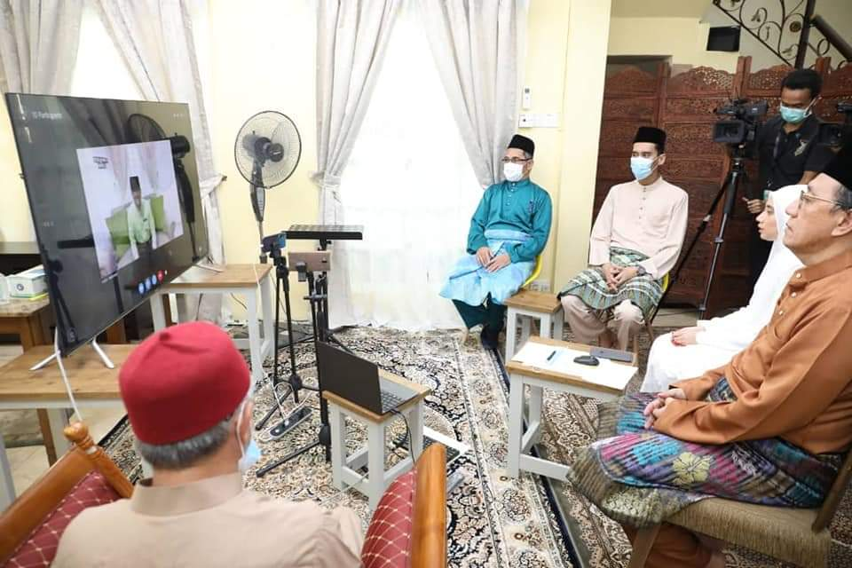 The virtual ceremony involved Muhammad Don Haadi Don Putra, 29, and his bride, Nahdatul Aishah Mohd Sharif, 29, at her family's house in Bandar Baru Wangsa Maju, Setapak at 10.10am this morning. ― Picture via Twitter/drzul_albakri