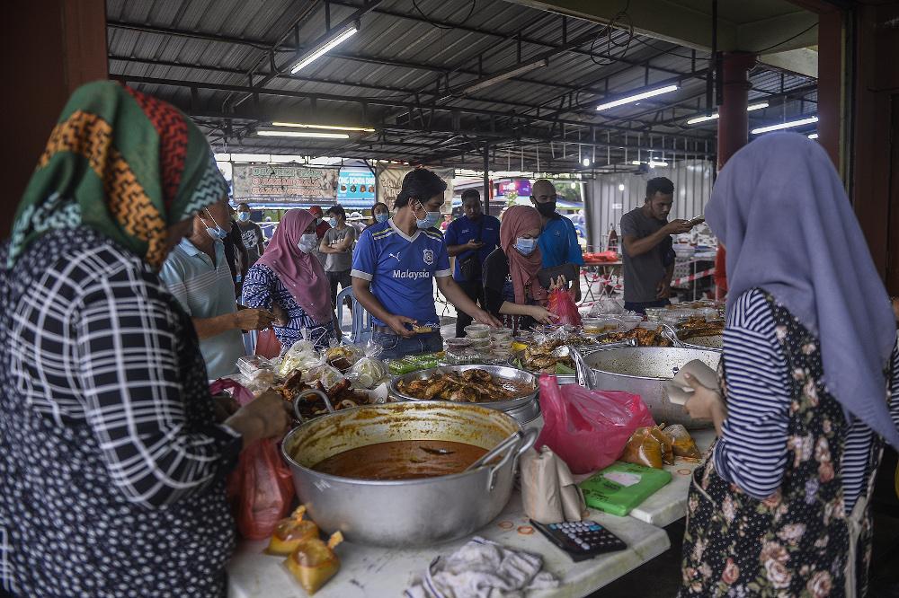 People buying food for iftar during Ramadan in Padang Jawa, Shah Alam May 7, 2020. — Picture by Miera Zulyana